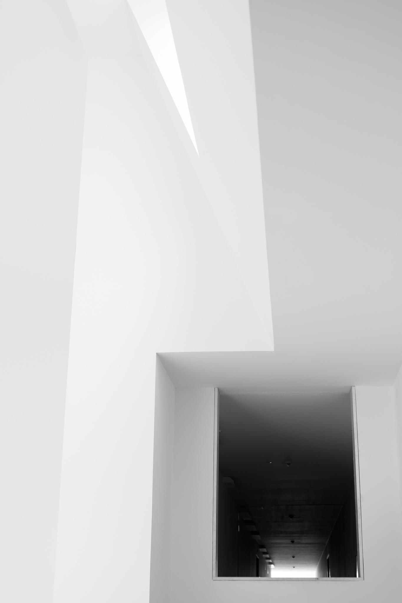 <p>Situado en el límite del casco histórico de Compostela y en las inmediaciones del convento de San Domingos de Bonaval, el edificio fue diseñado por el arquitecto portugués Álvaro Siza entre 1988 y 1993. <br><br> Este edificio de vanguardia resuelve con acierto las dificultades de una situación en la misma puerta de entrada del Camino Francés a Compostela y de un recinto arquitectónico barroco. <br><br> Su estructura interior cuenta con grandes espacios y destaca por su brillantez en el uso y constante presencia de luz exterior. </p>