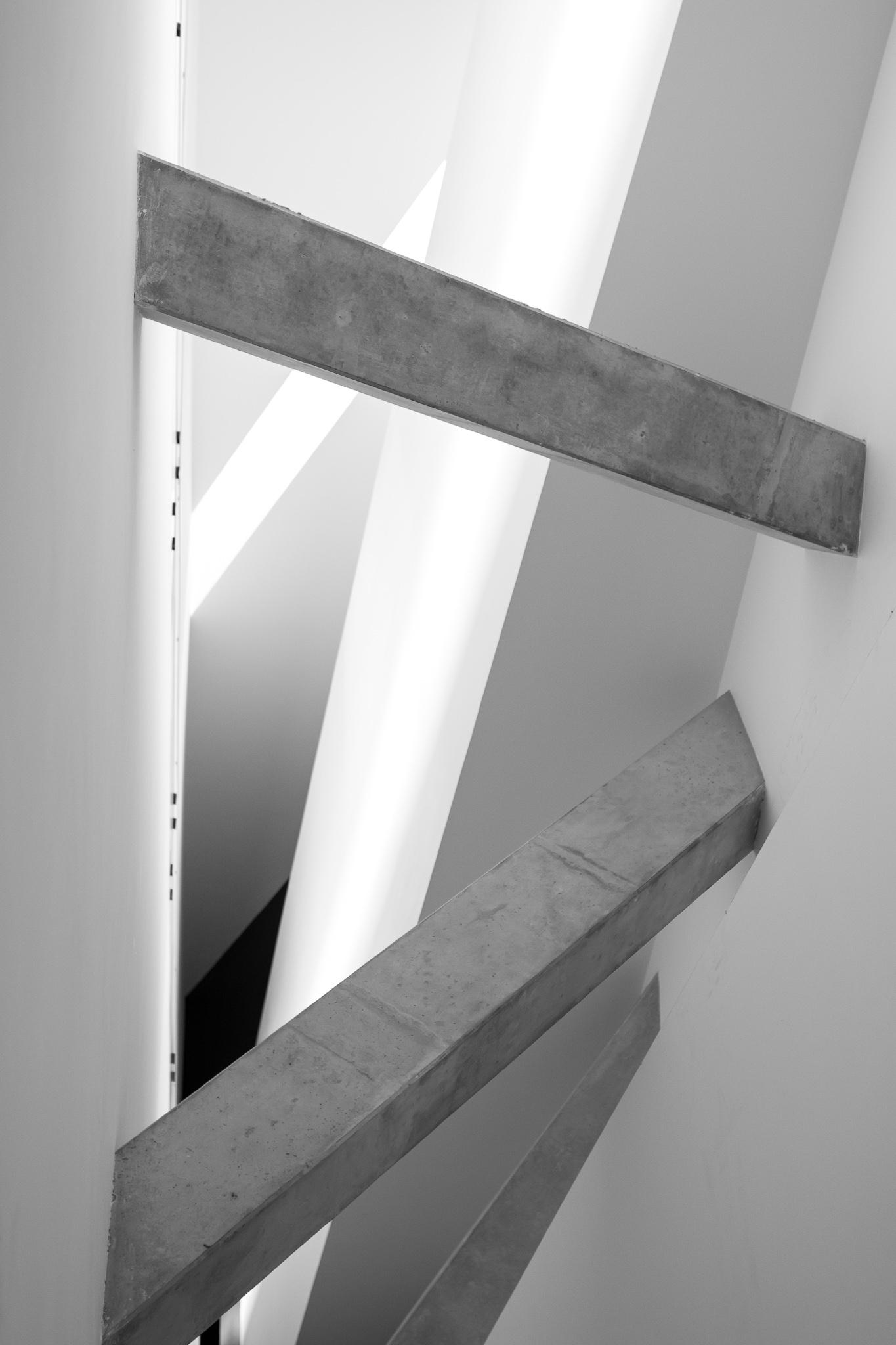 <p>Daniel Libeskind gana el concurso para el Museo Judío de Berlín en 1989, antes de haber alcanzado su popularidad actual. <br><br> El edificio, de hormigón y chapa metálica en su exterior, posee una estructura en forma de rayo o zigzag que representa una estrella de David deconstruída. <br><br> Consta de un eje de continuidad del que parte la escalera central, iluminada principalmente por la luz natural que entra por las pequeñas grietas del techo, y que continúa con la línea del edificio.</p>