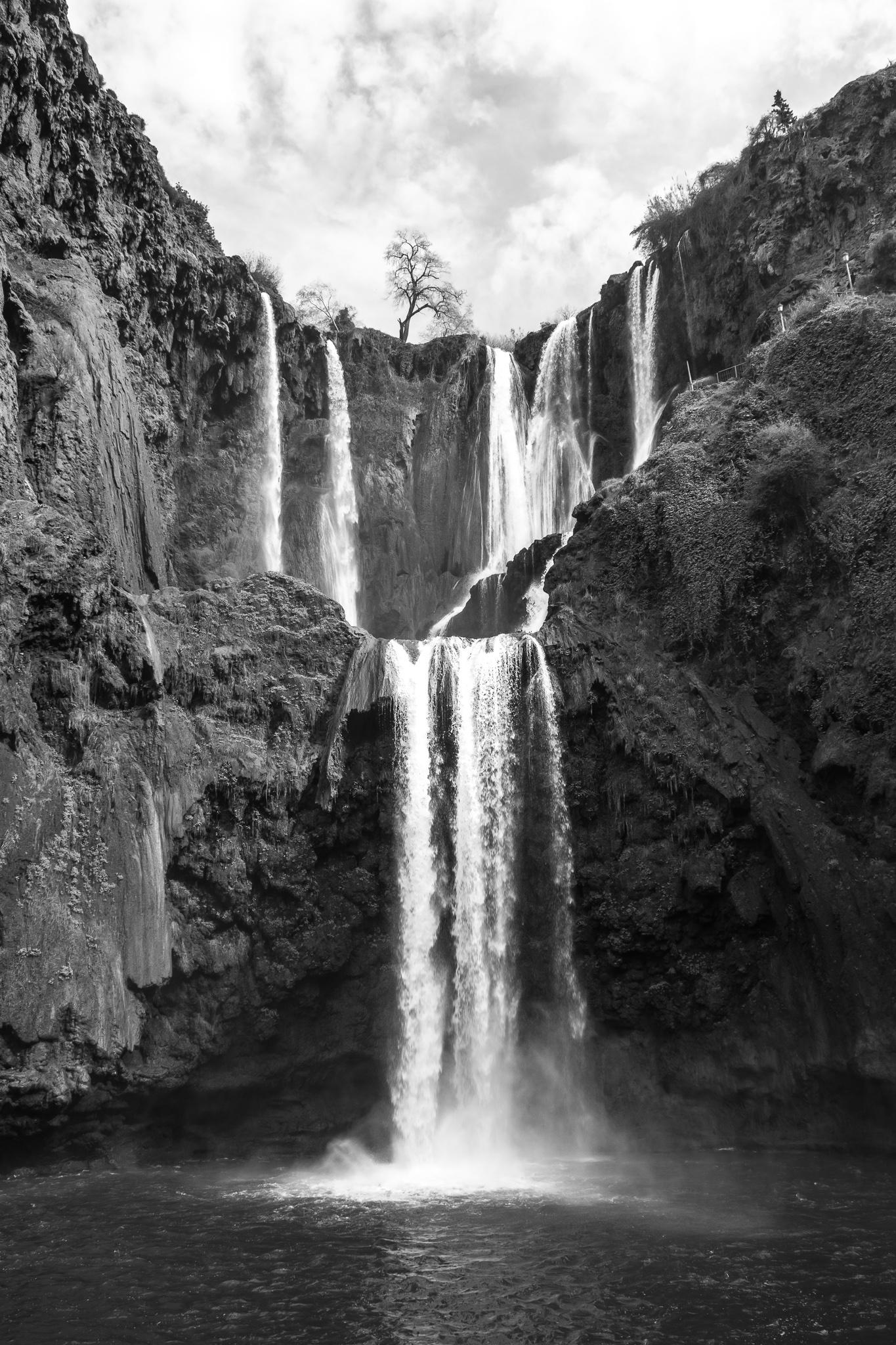As Fervenzas de Ouzoud sitúanse aos pés do pobo de Tanaghmeilt, provincia de Azilal. <br>O seu nome na lingua bereber significa 'olivas', debido á gran cantidade deste tipo de árbores que se poden atopar pola zona. Cunha altura de 110m e tres saltos diferenciados, as Fervenzas de Ouzoud son as cataratas máis grandes do norte de África e probablemente as máis impresionantes.