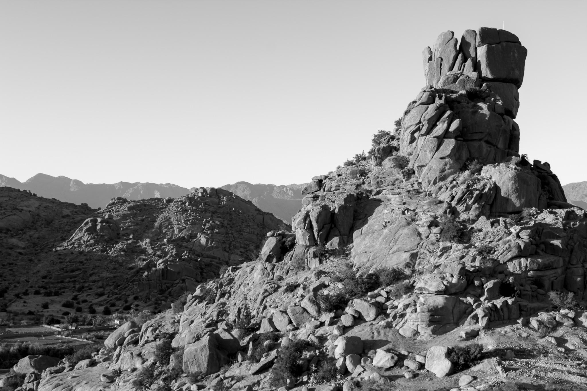 A pocos kilómetros del pequeño pueblo de Tafraoute y situado a 1000 metros de altitud encontramos el Valle de Ameln, en el que se encuentra la roca granítica 'Sombrero de Napoleón'.