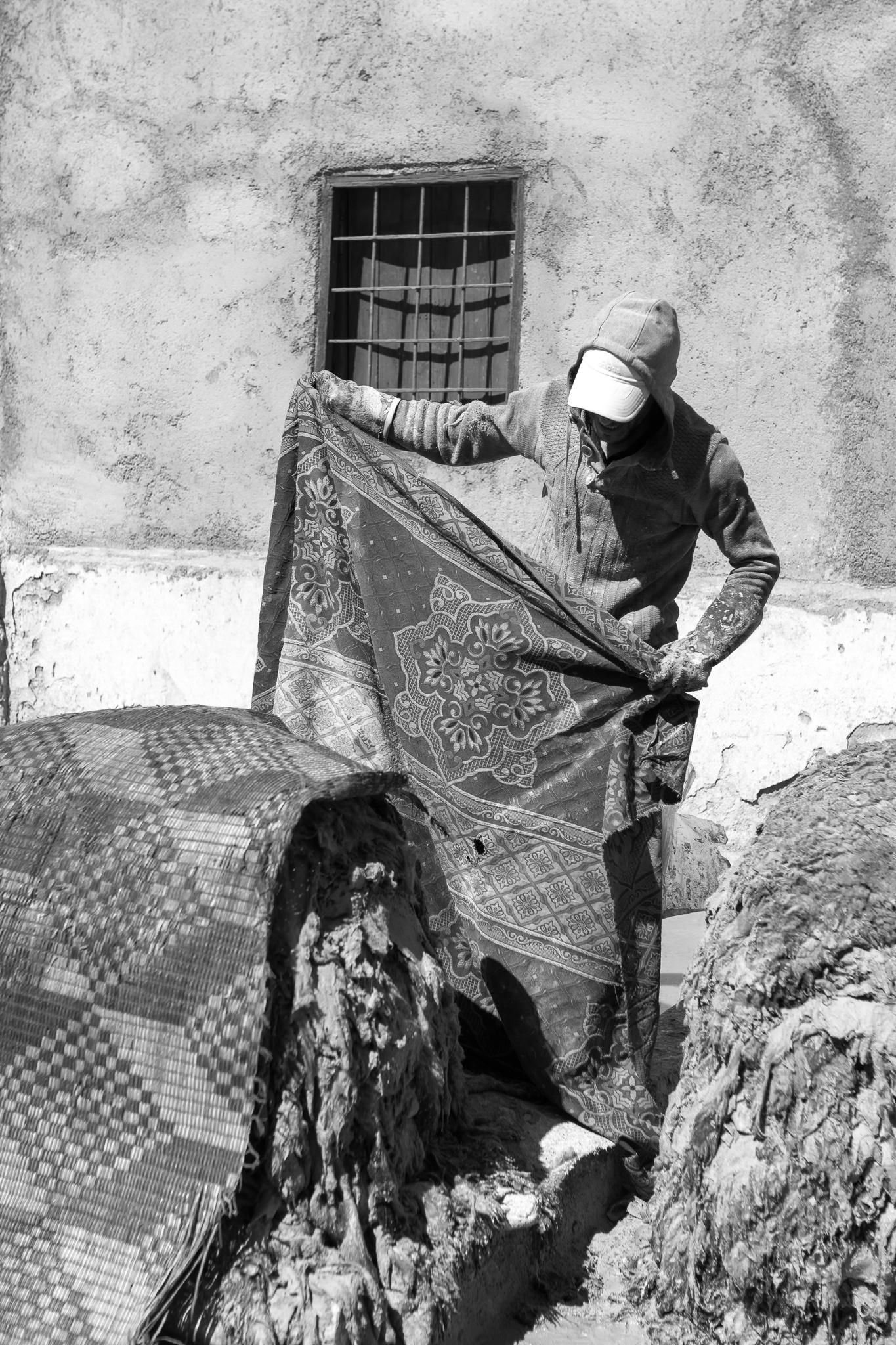 Situado cara ao norte da medina de Marrakech atópase o barrio dos curtidores, onde se leva a cabo o tratamento das diferentes peles (vaca, cabra, ovella ou camelo) para o seu mercado. <br>Utilízanse os métodos máis tradicionais para o tratamento do coiro, como cal e excrementos de pomba. <br>Os curtidores non utilizan métodos modernos e seguen procedementos con moitos anos de antigüidade, mantendo así unha tradicion ancestral.