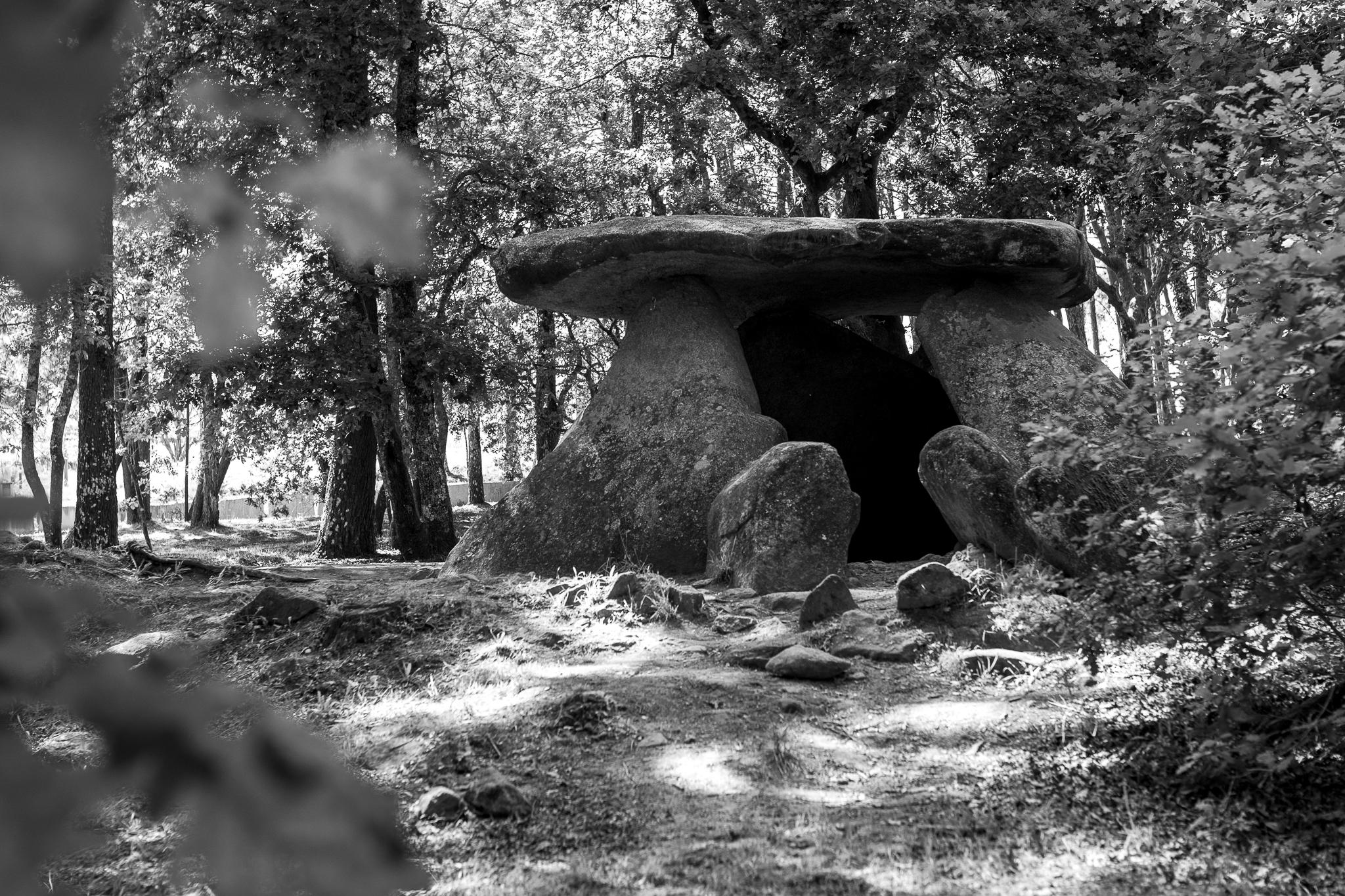 """O dolmen de Axeitos ou Pedra do Mouro data de entre o 4000 e o 3600 a. C. Situado en Oleiros, o dolmen está considerado o """" partenón do megalitismo galego"""". Este, a través dun pequeno corredor, permitía acceder a unha cámara funeraria."""