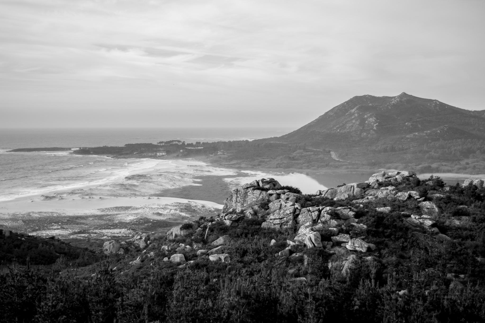 El Monte Louro es una montaña de unos 240m de altitud situada en el municipio de Muros. <br>Su espectacularidad reside en su entorno, situada al lado de la magnífica Lagoa das Xarfas y la playa de Area Maior.