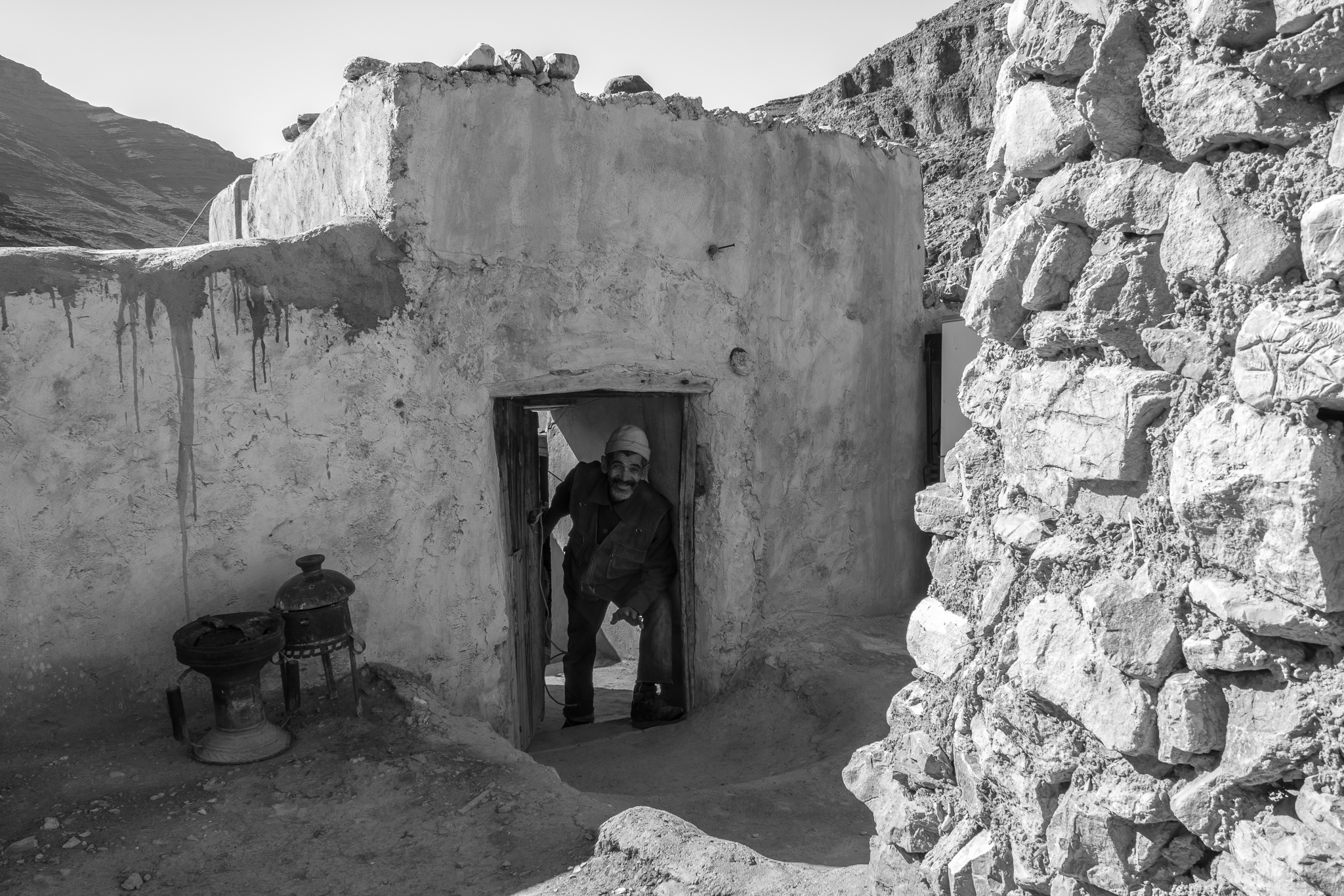 Thanks to a strong family relationship, the Amazigh learned to build and maintain their homes with their own hands using the materials of the mountain. <br> They mainly use a clay-based mass, straw, and water to build the stone walls, and cover their ceilings with wood and straw before sealing them.