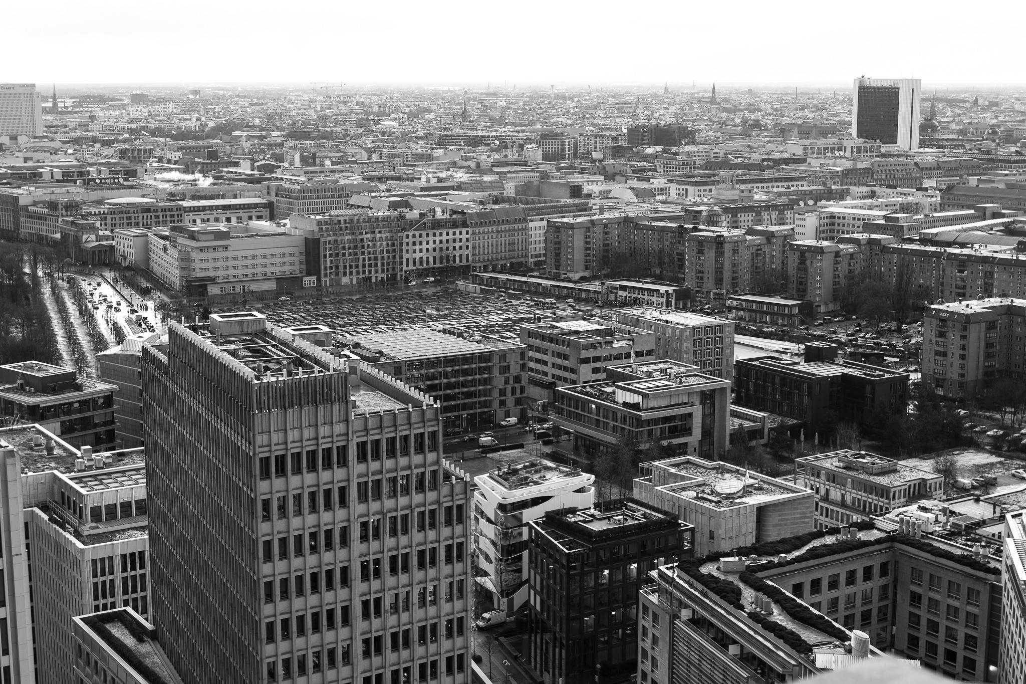 A cidade de Berlín, capital de Alemaña e situada ao nordés do país, posúe 3,5 millóns de habitantes. Considerada centro cultural e artístico, conta cunha superficie de 892 quilómetros cadrados.