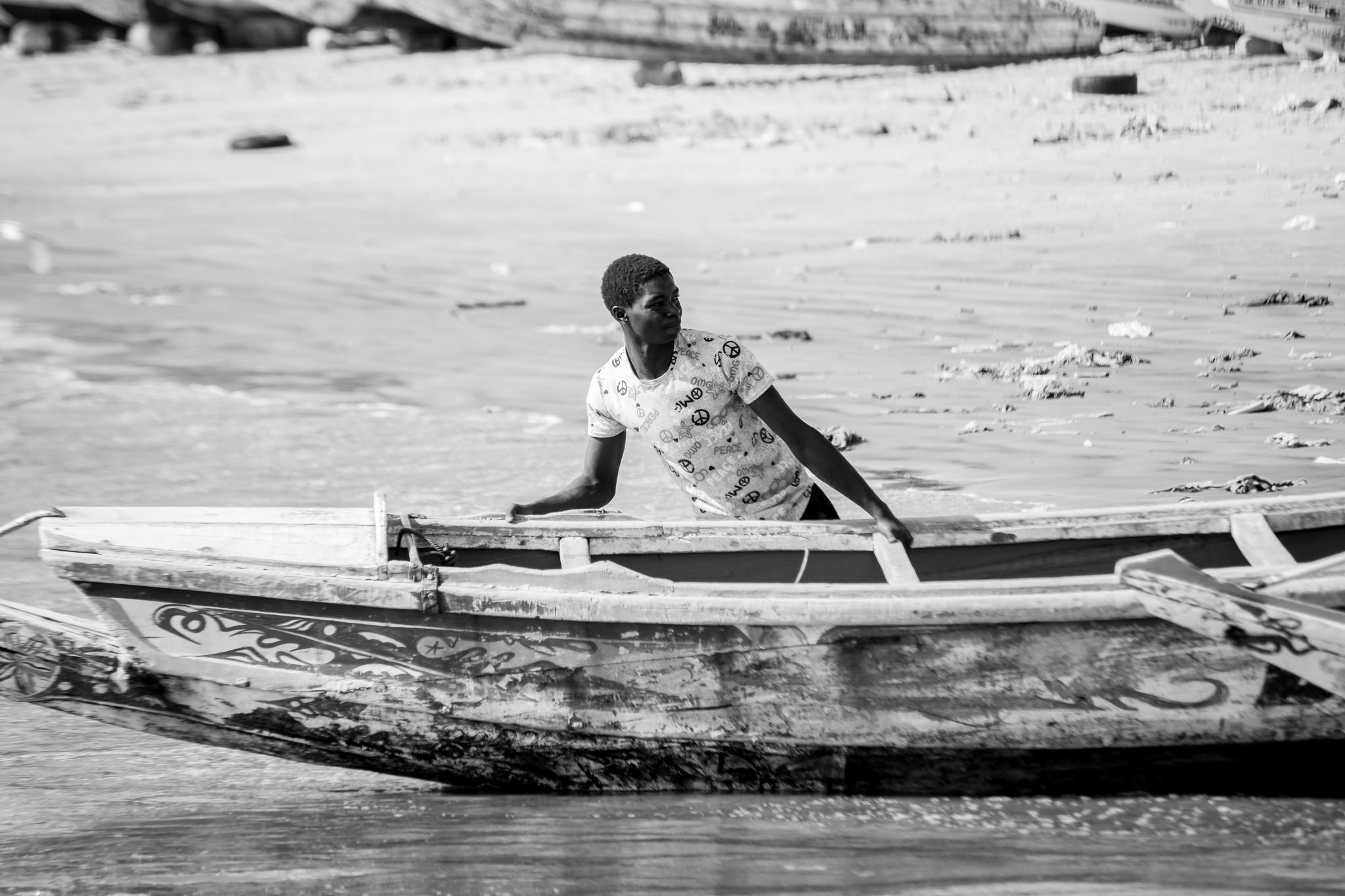 """Tras la jornada de capturas frente a las playas senegalesas los pescadores recogen con esfuerzo sus barcas o """"piraguas"""" para pasar la noche."""