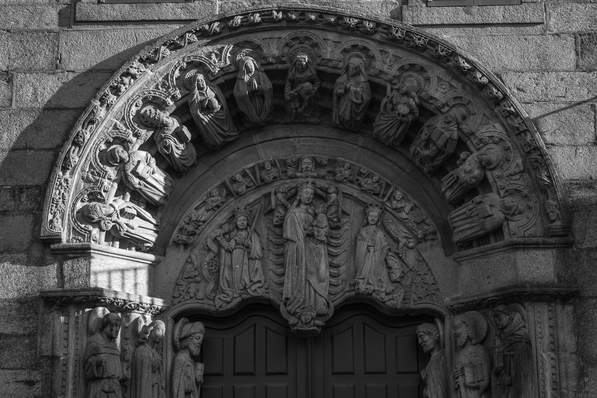 The school of San Xerome, which currently houses the Rectorate of the University, is an old College located in the Plaza del Obradoiro. <br>Founded by Archbishop Fonseca III with the idea of ​​housing poor students, the Gothic portal (1490-1500) shows the image of the Virgin and Child in the tympanum, accompanied by different saints.