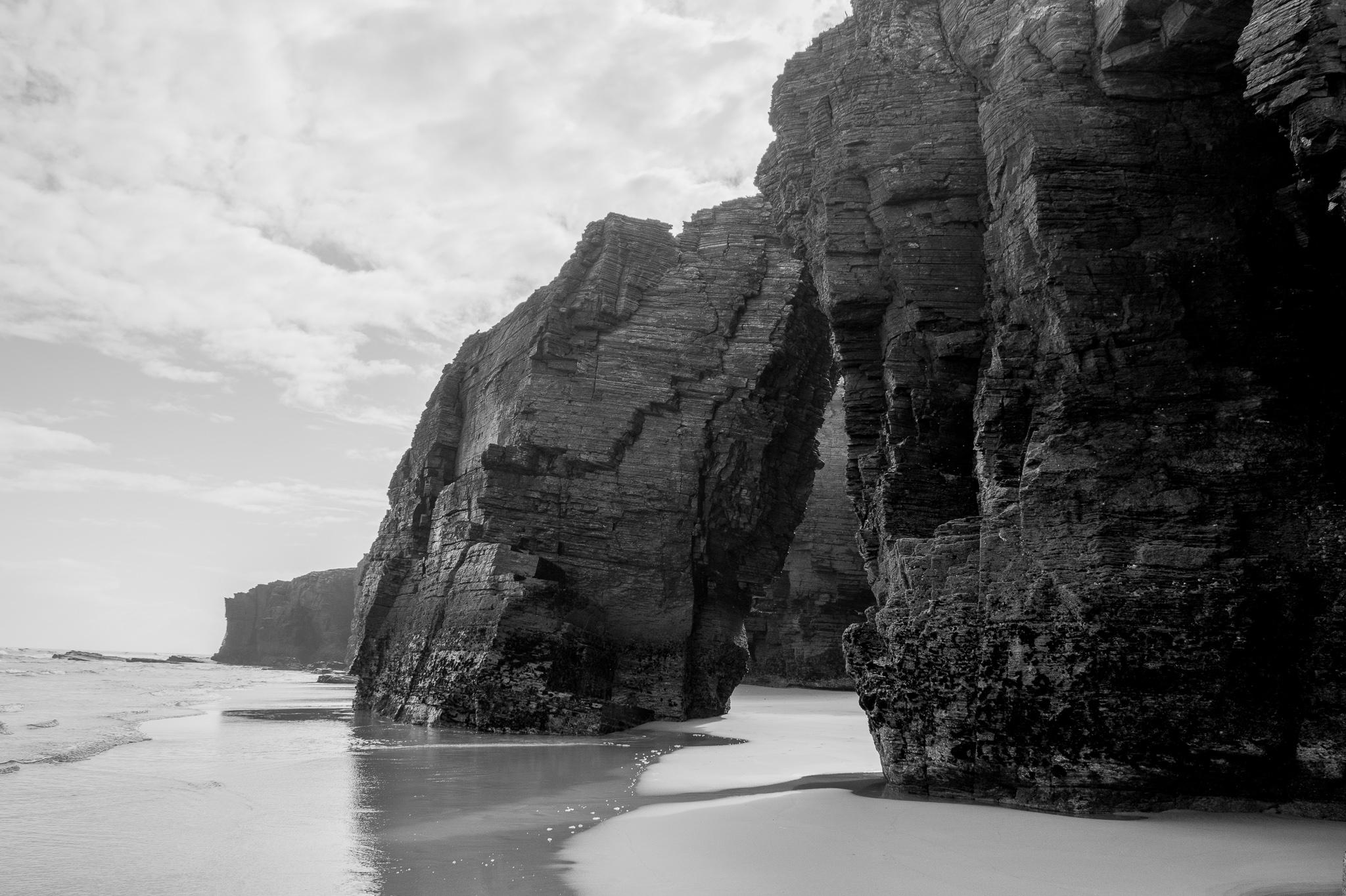 La Playa de las Catedrales (Praia de Augas Santas), situada en el municipio de Ribadeo, es un conjunto de acantilados de unos 30m situados al borde del mar, que conforman un paisaje y una playa declarada Monumento Natural. <br><br>Sólo visitable durante la bajamar, muestra sus arcos, grutas y pasillos de arena al pie de una zona de acantilados de pizarra, mientras que en la pleamar el agua cubre prácticamente la totalidad del arenal.