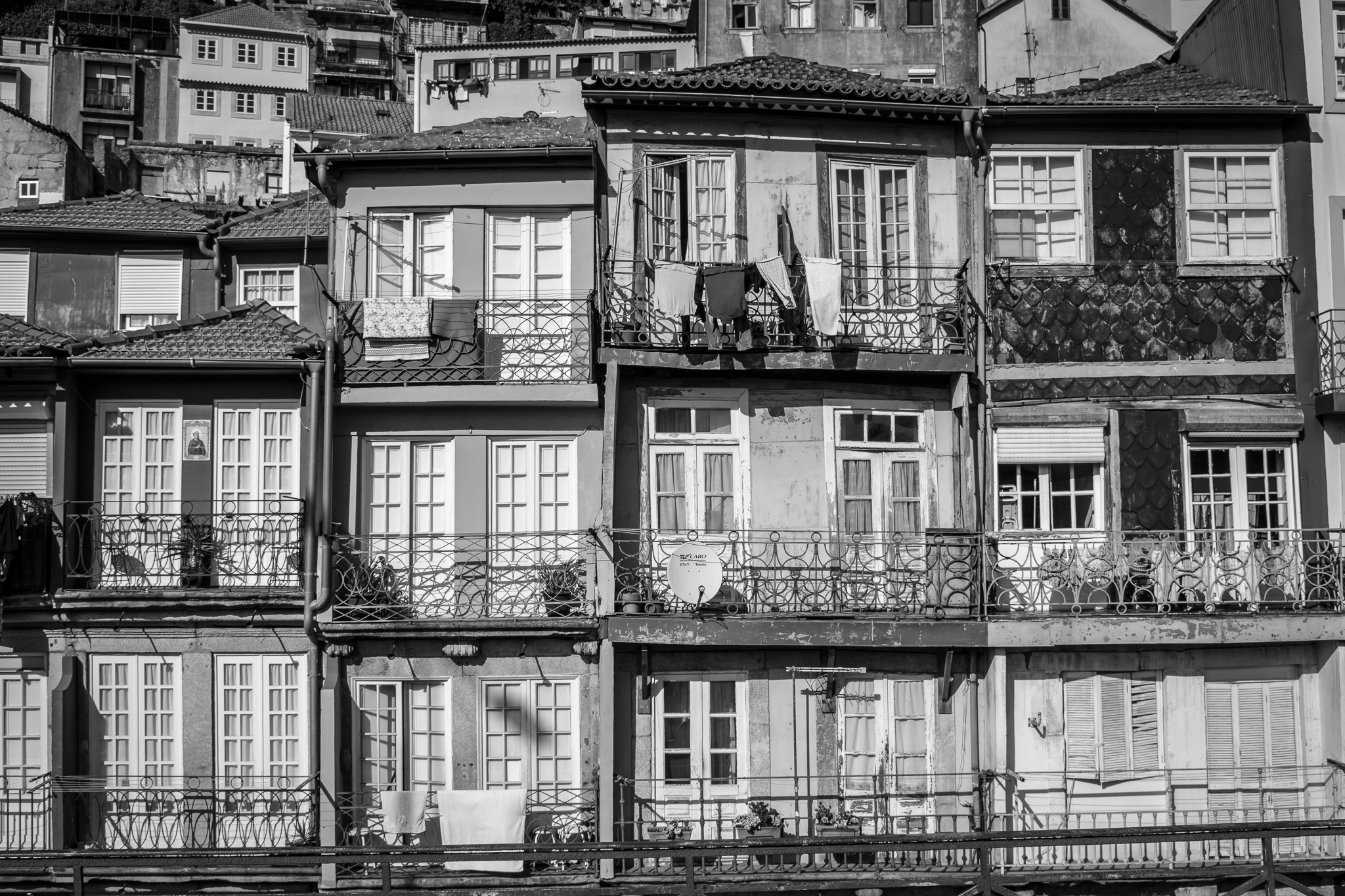 Ribeira, located in the old part of the city and very close to the banks of the Duero, is one of the most romantic neighborhoods in Porto. <br>Declared a World Heritage Site, its narrow streets, its old buildings, and its medieval aspect give the neighborhood a wonderful and unique bohemian atmosphere.