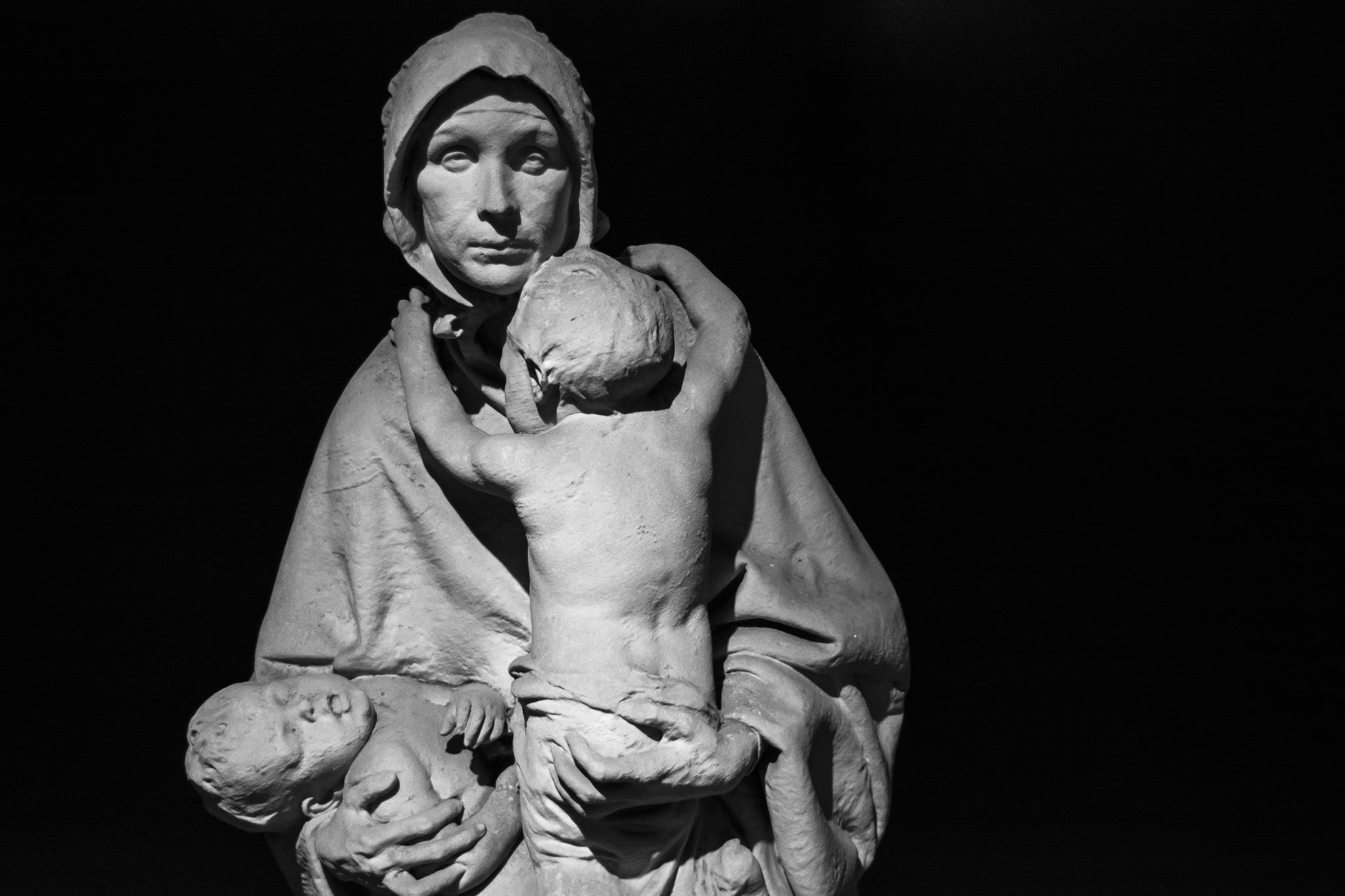 A obra do escultor Teixeira Lopes, 'A Caridade', atópase exposta dentro do museo da igrexa de San Francisco na cidade do Porto, Portugal.