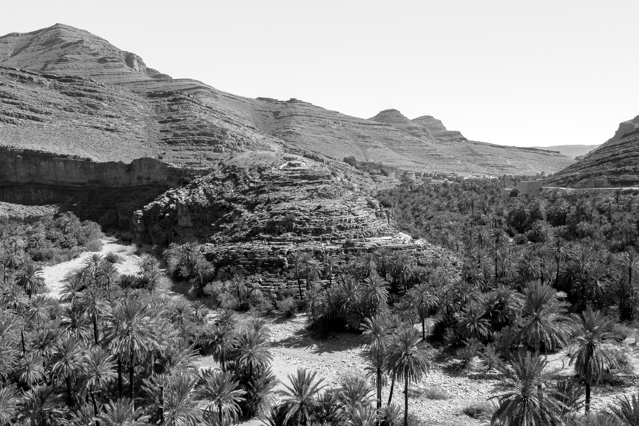 The valley of Ait Mansour, located south of Tafraoute and fully in the Anti Atlas, impresses with the incredible gorges that dominate its palm groves, an unusual landscape of granite rocks and red cliffs.