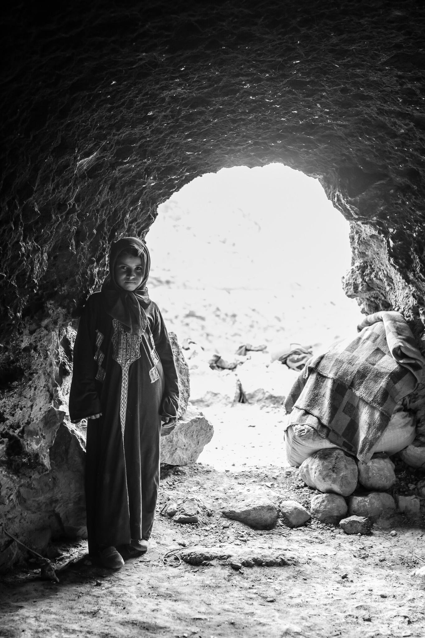 As Montañas de M'Gouna, Marrocos, están situadas no Alto Atlas e son parte da cadea montañosa máis grande do norte de África. <br>As familias de nómades Amazigh asíntanse en covas escavadas a man baixo as enormes montañas. <br>Mentres que no verán a rexión do Alto Atlas ofrece comida e auga para as súas ovellas e cabras, no inverno terán que trasladarse ao Jbel Saghro, onde as temperaturas son menos duras.