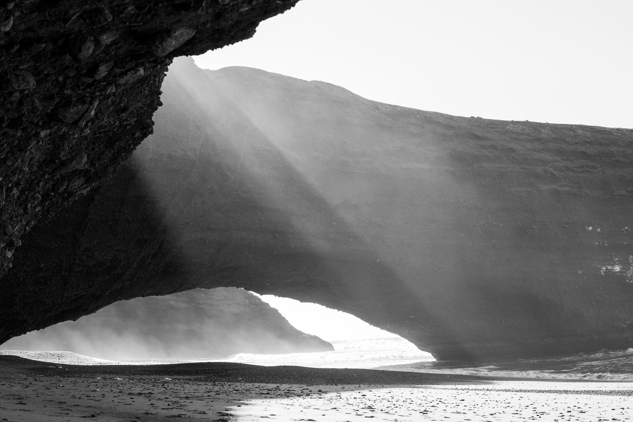 A praia de Legzira atópase uns 10 km ao norte da localidade de Sidi Ifni, antiga colonia española de Marrocos. <br>As súas monumentais pontes naturais, arcos de pedra vermella e pé de elefante, foron tallados pola erosión mariña durante séculos. <br>Recentemente, en 2016, derrubouse tras agretarse, un dos arcos máis emblemáticos da praia.