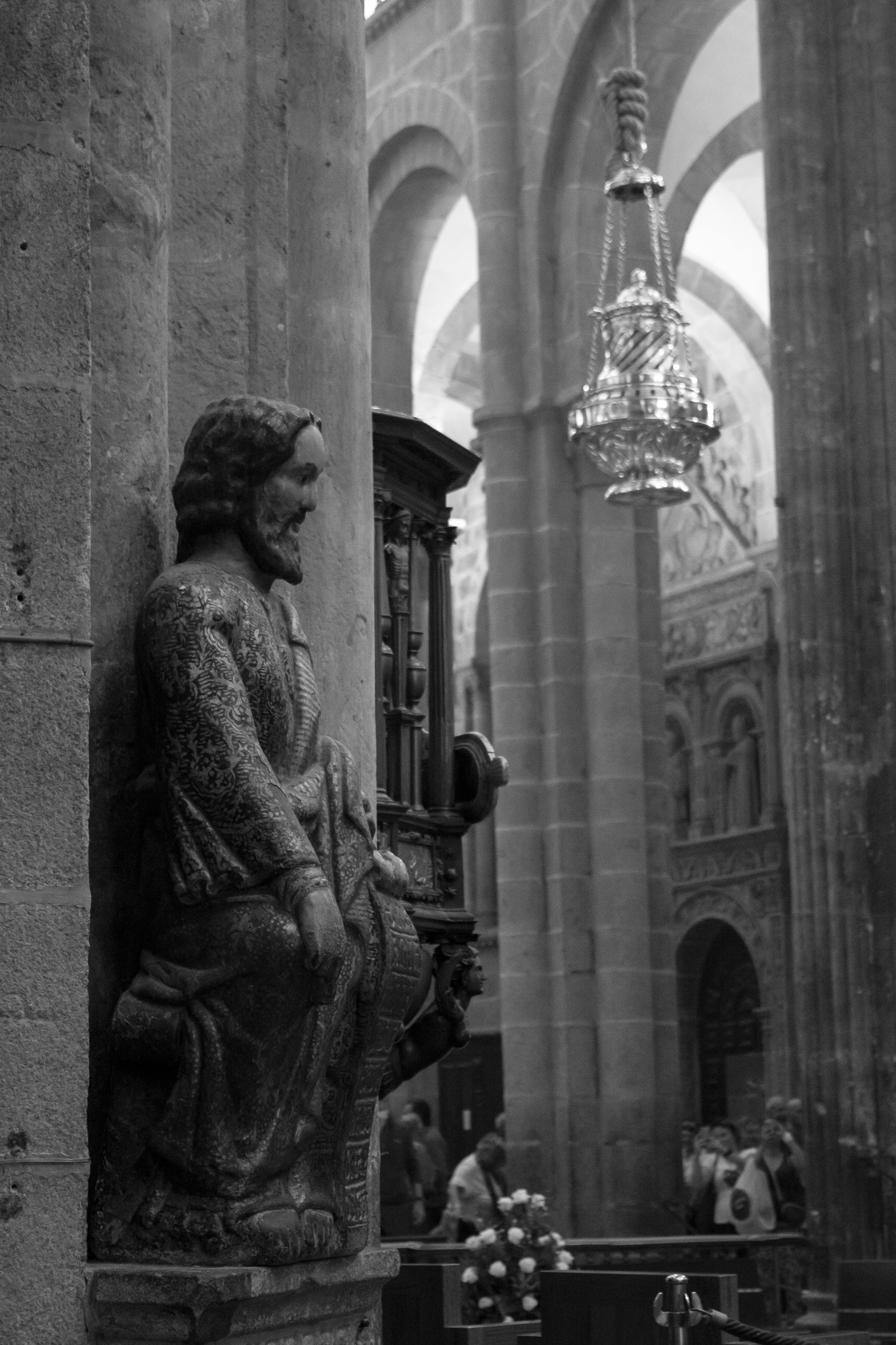 La Catedral de Santiago de Compostela, comenzada a construir en 1075, es uno de los templos más conocidos y admirados del mundo, no sólo por su patrimonio arquitectónico y artístico que conjuga los estilos románico y barroco, sino por ser referencia para los miles de peregrinos que parten hacia ella cada año. <br><br>La construcción del templo, declarado Patrimonio de la Humanidad en 1985 y de unos 100m de largo y más de 70m de altura, se completó aproximadamente hacia el año 1200.