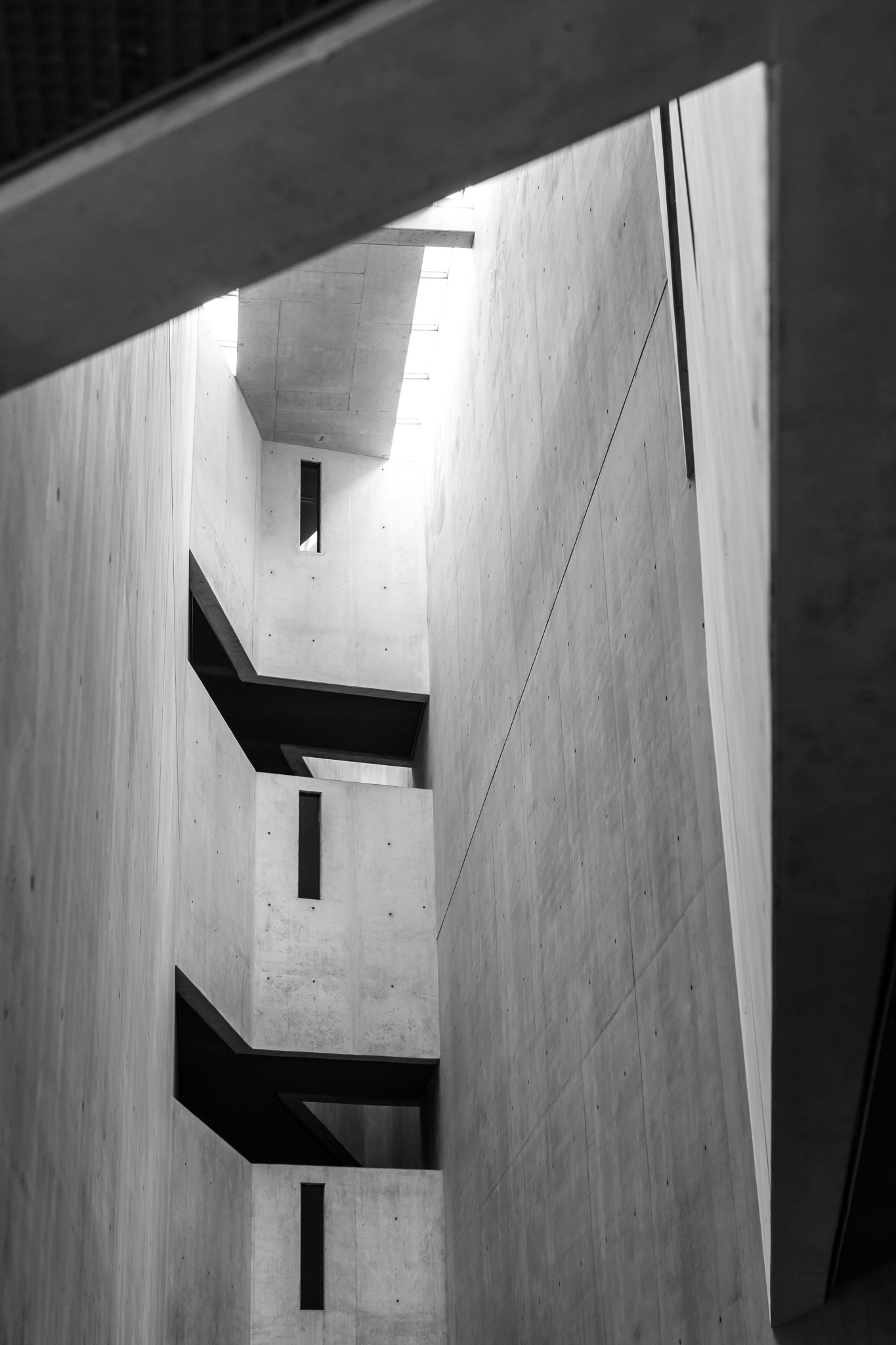 Daniel Libeskind won the contest for the Jewish Museum in Berlin in 1989, before having reached his current popularity. <br>The building, made of concrete and metal on the outside, has a structure in form of a lightning or zigzag that represents a deconstructed star of David. <br>It consists of an axis of continuity from which the central staircase, illuminated mainly by the natural light that enters by the small cracks of the ceiling, and that continues with the line of the building.