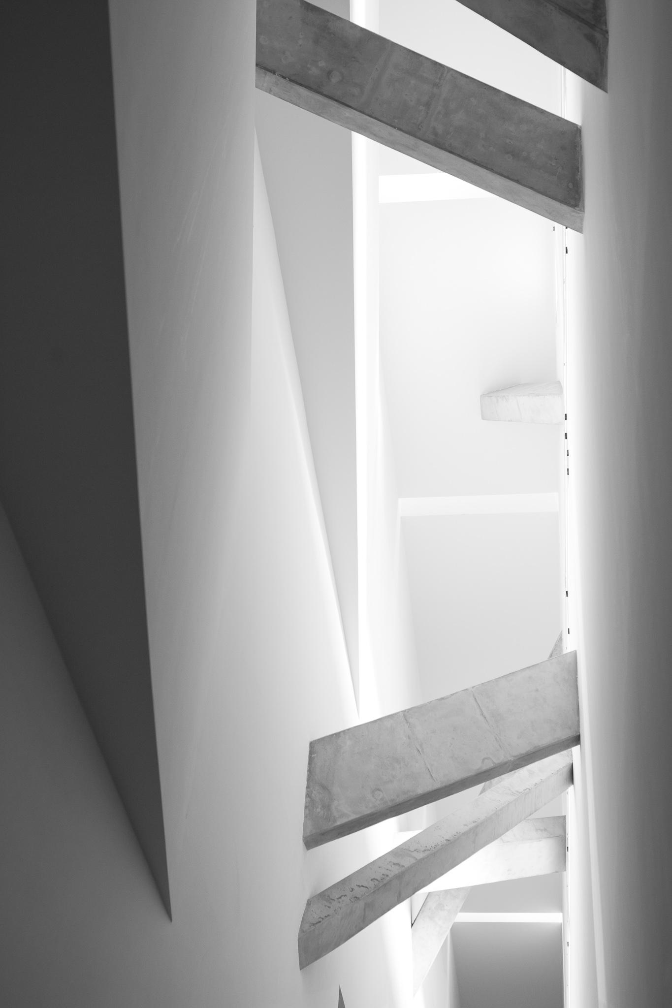 <p>Daniel Libeskind gaña o concurso para o Museo Xudeu de Berlín en 1989, antes de alcanzar a súa popularidade actual. <br><br>O edificio, de formigón e chapa metálica no seu exterior, posúe unha estrutura en forma de raio ou zigzag que representa unha estrela de David deconstruída. Consta dun eixo de continuidade do que parte a escaleira central, iluminada principalmente pola luz natural que entra polas pequenas gretas do teito, e que continúa coa liña do edificio.