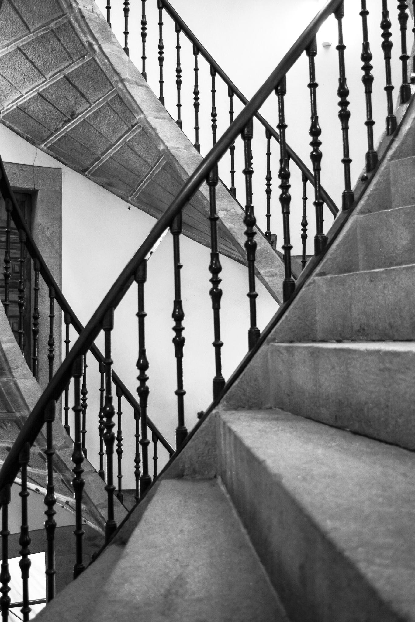 Dentro del antiguo convento dominico de San Domingos de Bonaval, en el que se ubican el Museo do Pobo Galego y el Panteón de Galegos Ilustres, se encuentra la triple escalera helicoidal, obra del arquitecto Domingo de Andrade (s.XVII y XVIII), y que está formada por tres espirales independientes que llevan a diferentes salas.