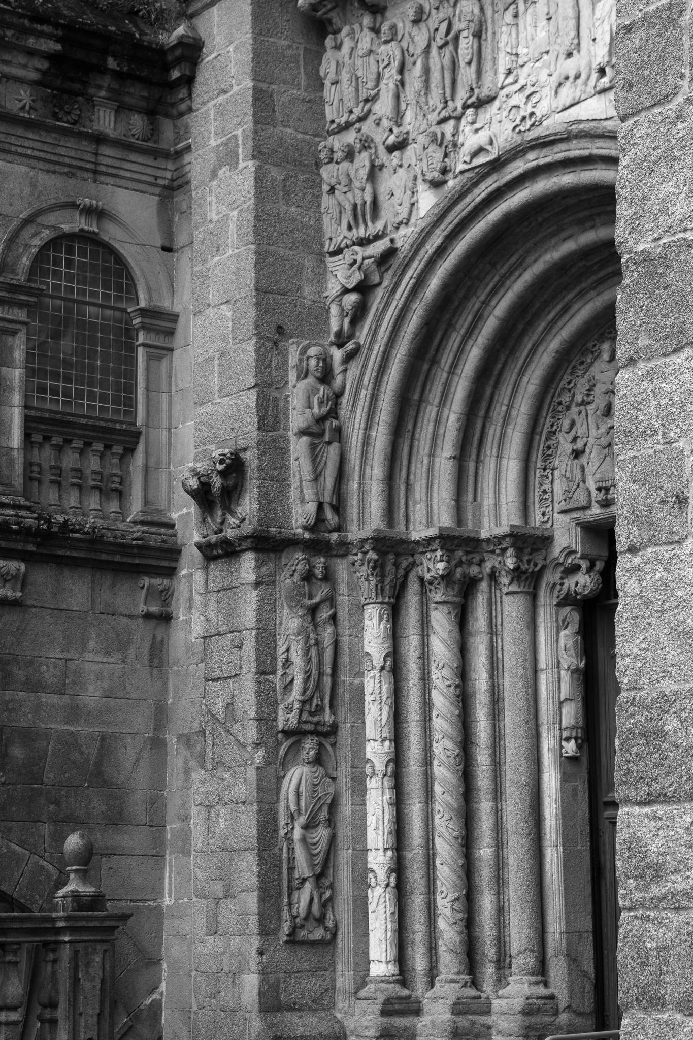 A fachada de Praterías, porta meridional da basílica, conta con dúas entradas diferentes. Mentres que o tímpano da porta dereita mostra varias escenas da paixón de Cristo como o xuízo, prendimiento ou flaxelación; o tímpano esquerdo escenifica a tentación, representada en figuras coma a da muller semidesnuda cun cranio nas súas mans. Á fachada, que tivo que ser reconstruída tras arder no s.XII, engadíronselle tamén figuras procedentes da porta norte da Catedral.