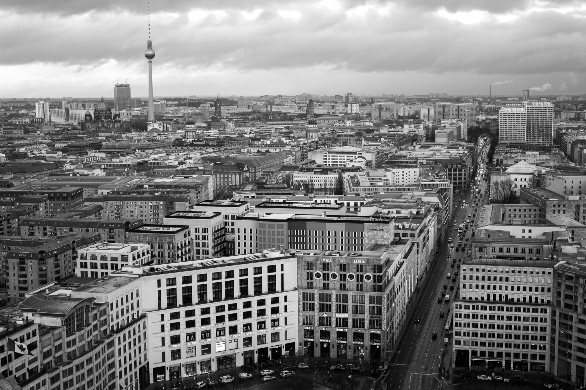 The city of Berlin, capital of Germany and situated in the northeast of the country, has 3.5 million inhabitants. <br>Considered a cultural and artistic center, it has an area of ​​892 square kilometers.