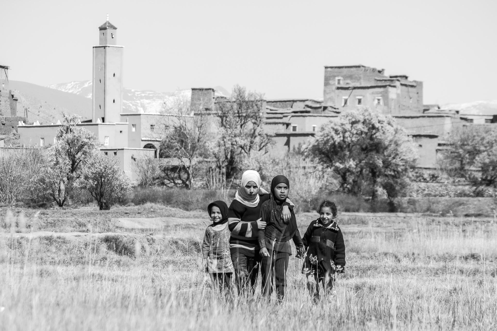A súa lingoa materna é o Tamazight, expresada con símbolos na súa forma escrita, e é a linguaxe predominante do norte de África. <br>Como reflexo de opresión recibida por parte da cultura árabe, a lingoa Tamazight foi prohibida nas escolas marroquís ata o 2001, ano en que foi recoñecida tamén como lingua oficial.