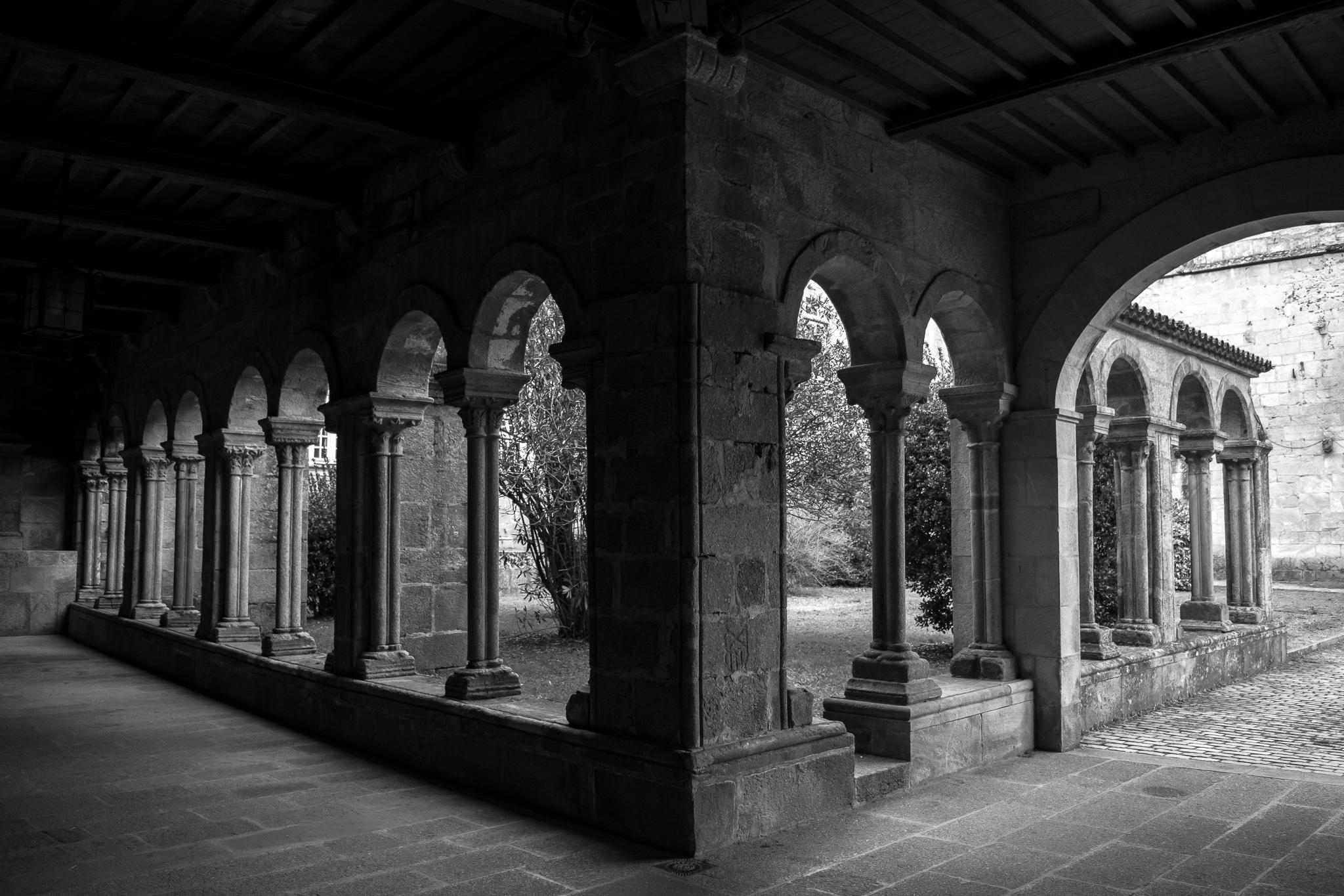 La iglesia del monasterio de Santa María de Conxo, actualmente Hospital Psiquiátrico Provincial, fue obra de González de Araújo, también autor de la iglesia de San Martín Pinario.  El claustro románico del monasterio (s.XII) conserva aún dos de sus alas, en las que se puede leer la inscripción fundacional de 1129.