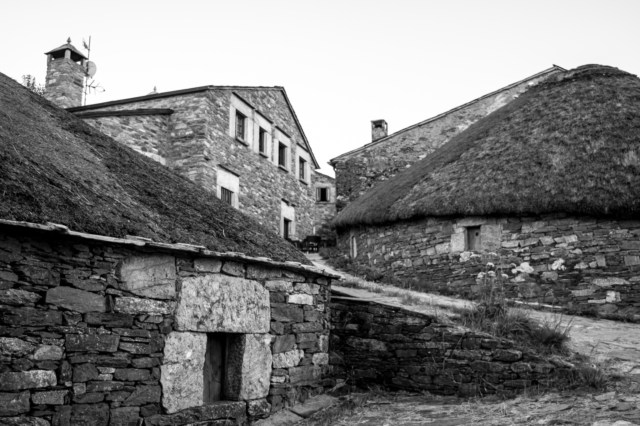 O Cebreiro, in the province of Lugo, constitutes the entrance to Galicia of the Way of St. James in its French slope. <br>Located at 1,300 meters altitude and in an exceptional environment, it is characterized mainly by the dwellings called pallozas, traditional constructions of stone and that can withstand the storms of snow and wind of the high mountains.