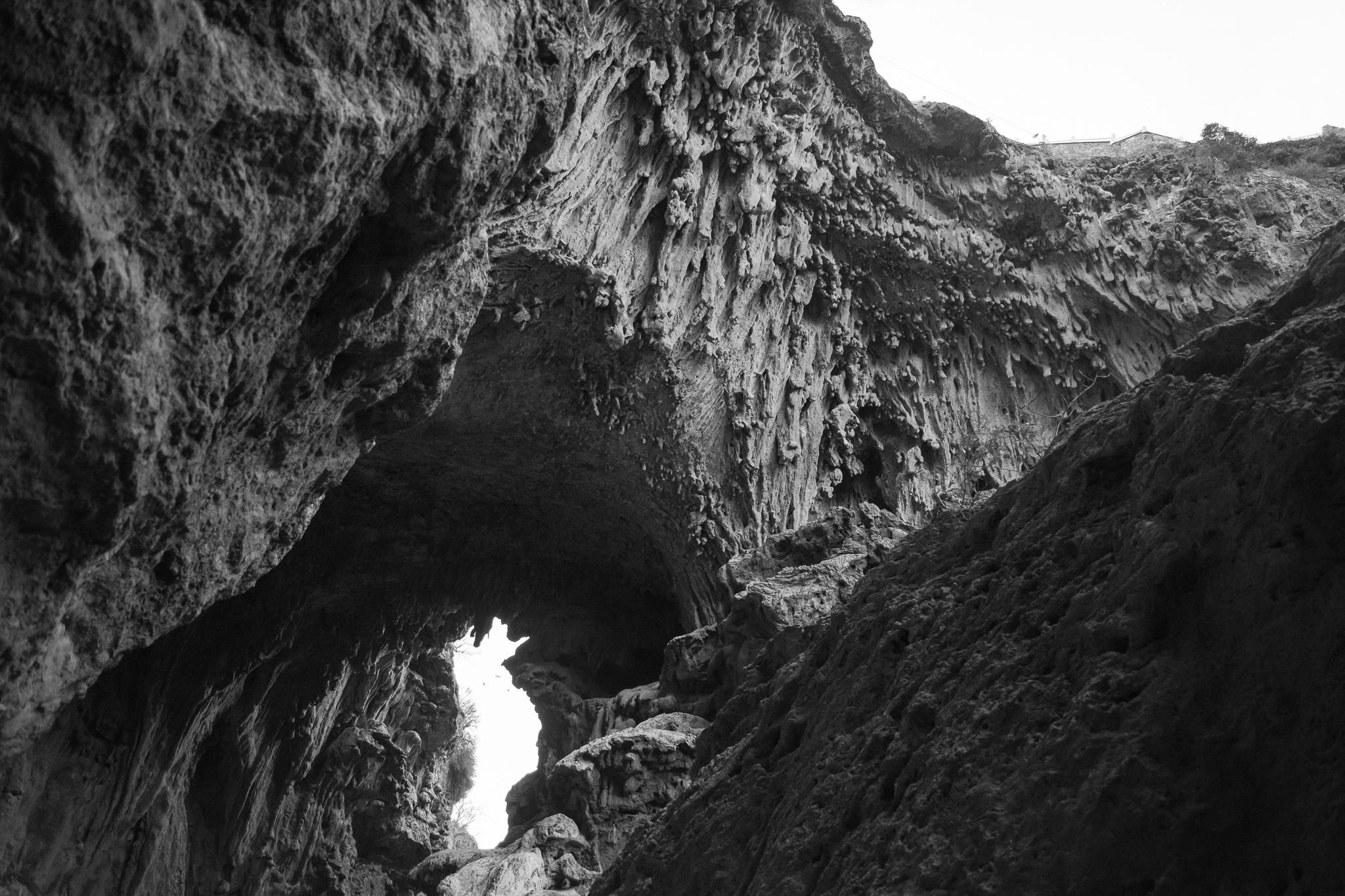 A uns 6 km de Demnate atópase o chamado polos aldeáns bereberes 'Ponte Natural de Imi-N-Ifri'. A gruta, esculpida polo río Mehasseur e declarada ben de Interese Biolóxico e Ecolóxico, acolle unhas 172 especies diferentes entre a súa fauna e flora.