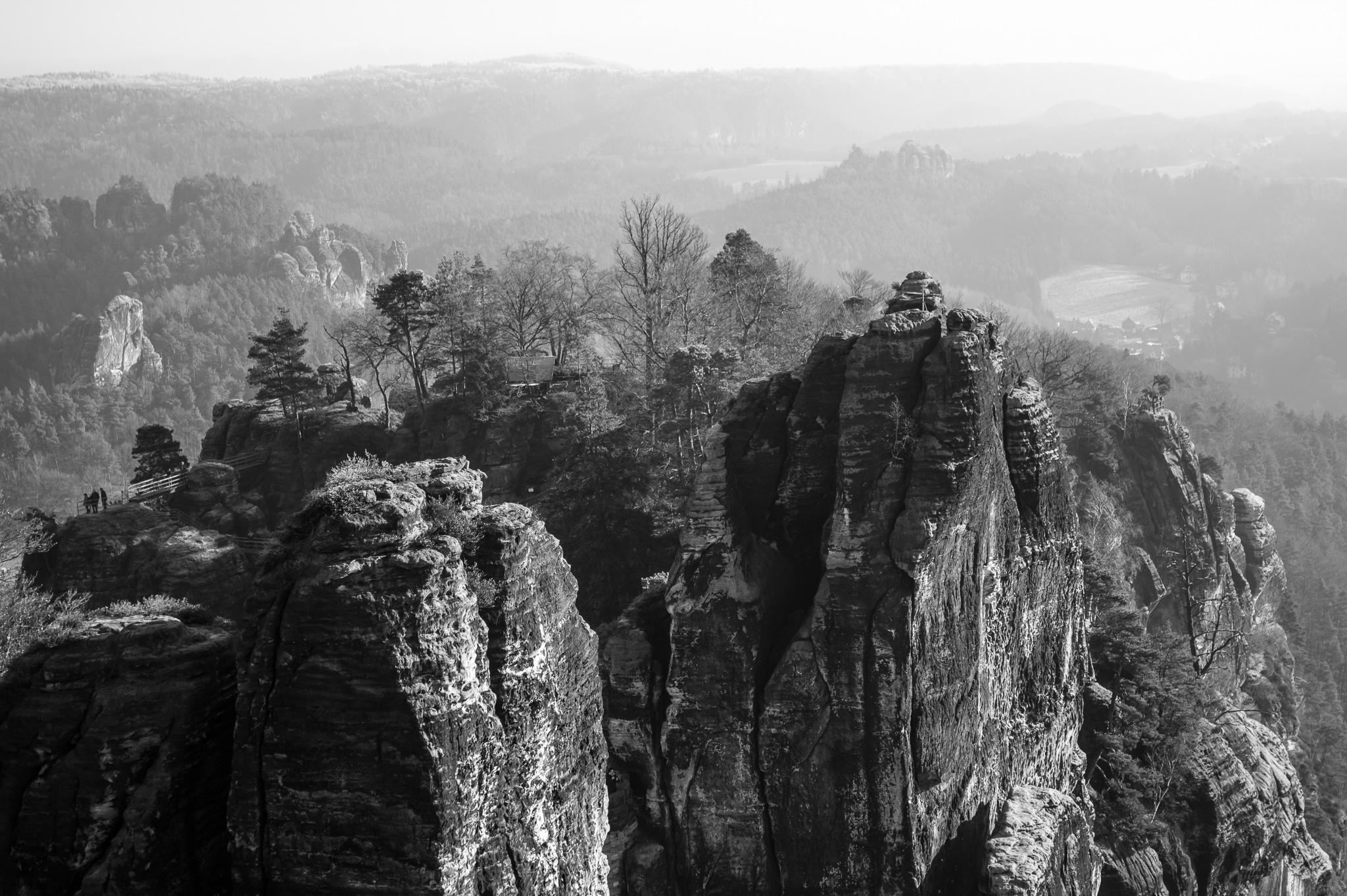 Ao sueste de Alemaña e ao sur da cidade de Dresden atópase situado o Parque Nacional da Suíza Sajona. <br>O parque, centro dun espazo natural de case 710 km², esténdese ao longo do río Elba. As súas características montañas de arenisca conforman unha cadea rochosa que se eleva 194 metros por encima do nivel do río.