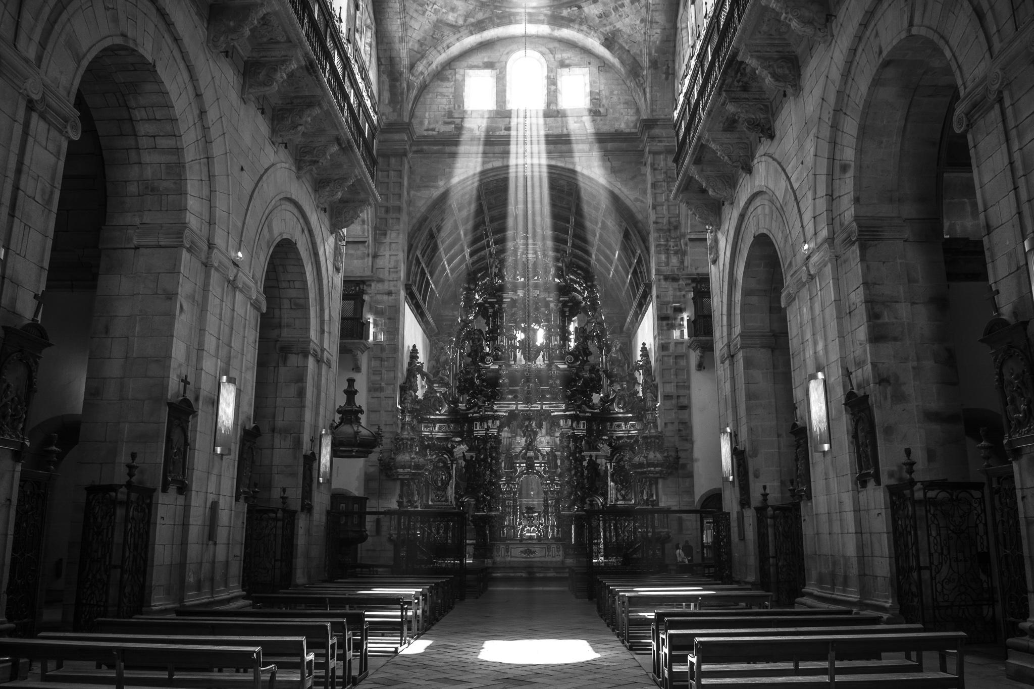 O mosteiro benedictino de San Martín Pinario, que se sitúa a poucos metros da Catedral fronte a Praza da Azabachería, pode considerarse xunto a esta un dos conxuntos máis valiosos do barroco galego. <br>O mosteiro, que data do século XVI, funciona na actualidade como hospedería e como sede do Seminario Maior.