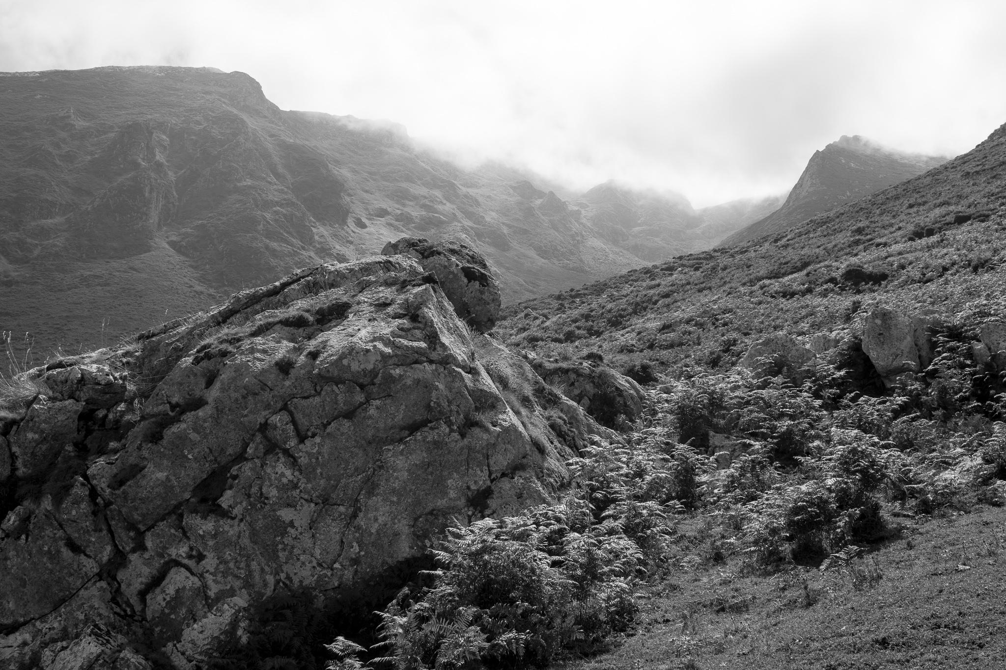 O pobo de montaña de Bejes, na fronteira entre Cantabria e Asturias, é un dos máis bonitos de Liébana. <br>A Serra de Bejes, nas ladeiras do Macizo de Ándara, sitúase no Parque Nacional de Picos de Europa que se estende por tres provincias e conta con máis de 67.000 hectáreas. Entre a súa fauna pódense atopar corzos, cervos, xabarís, raposos, osos e lobos.