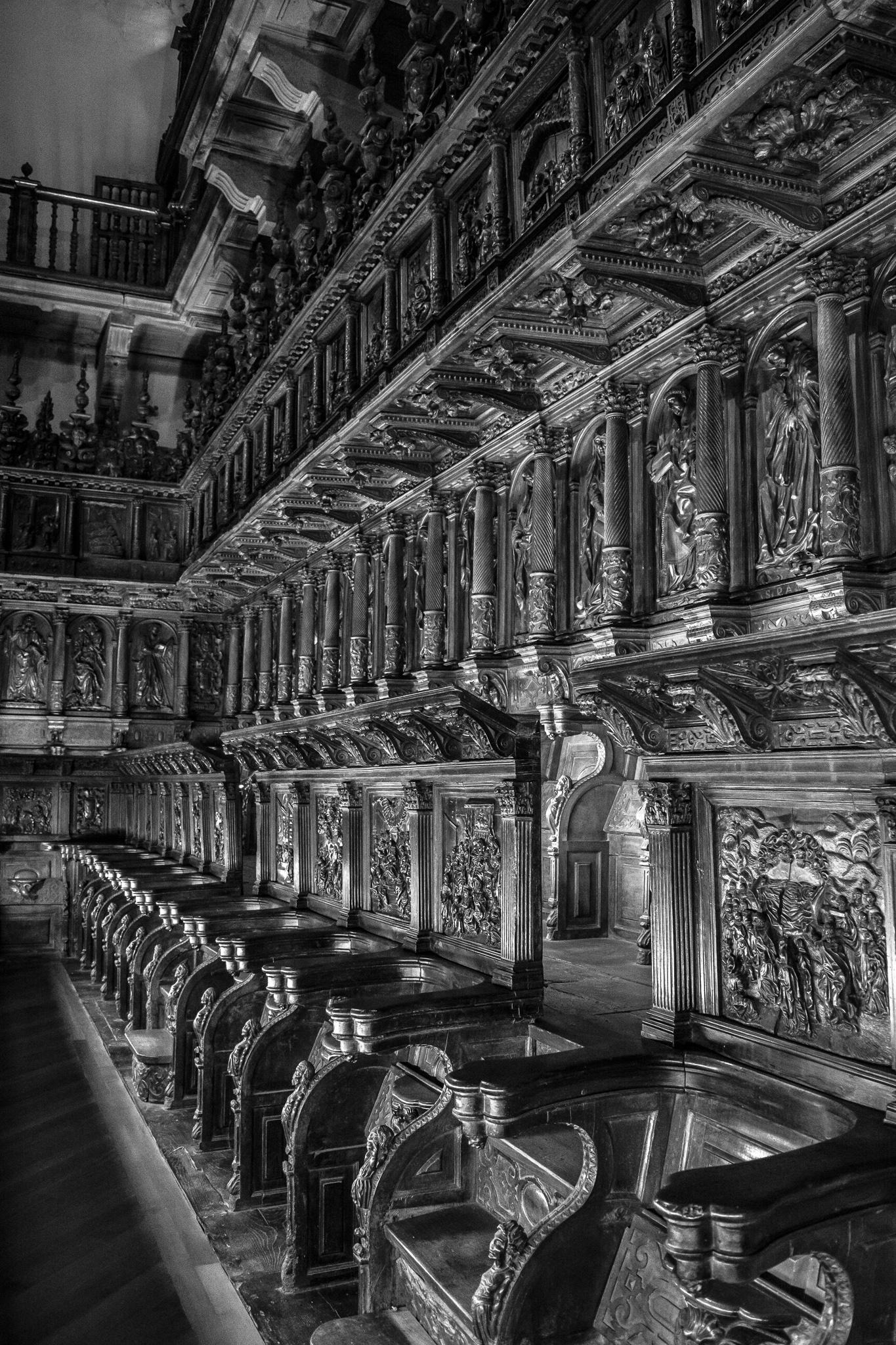 La sillería coral de estilo barroco que se encuentra en el museo de San Martín Pinario fue realizada por el escultor Mateo de Prado en el siglo XII.<br> La sillería, cuya función era la de los rezos comunitarios, muestra imágenes relacionadas con la Virgen y con la orden benedictina.