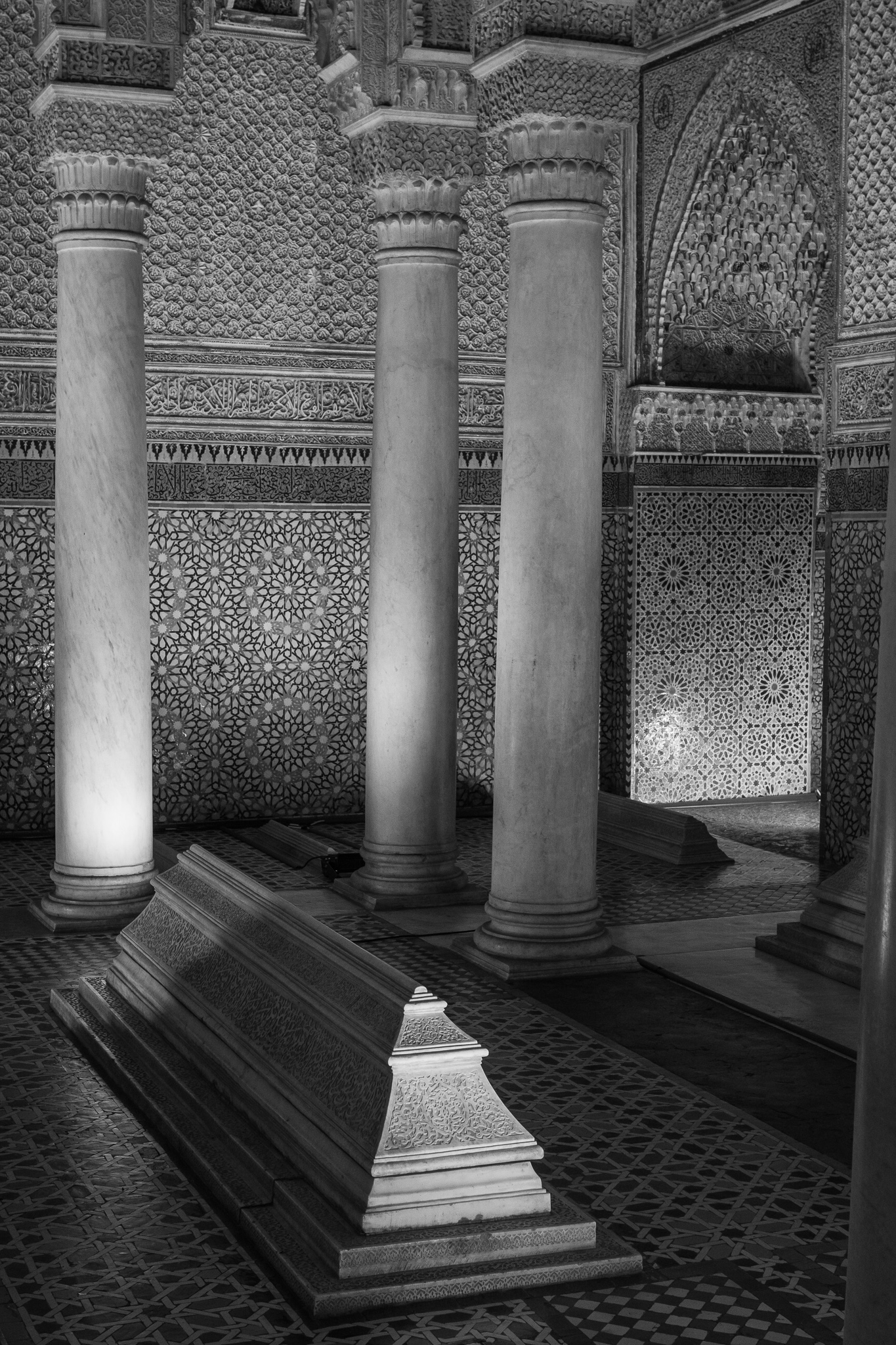 The Saadian Tombs are one of the few remaining residues of the Saadi dynasty, which ruled in Marrakesh from 1524 to 1659. <br>In the main mausoleum we can find the white marble tombs of Sultan Ahmad al-Mansur and his family, while the bodies of servants and warriors faithful to the dynasty are in the rest of the enclosure, which conveys more than 100 tombs decorated with mosaics.