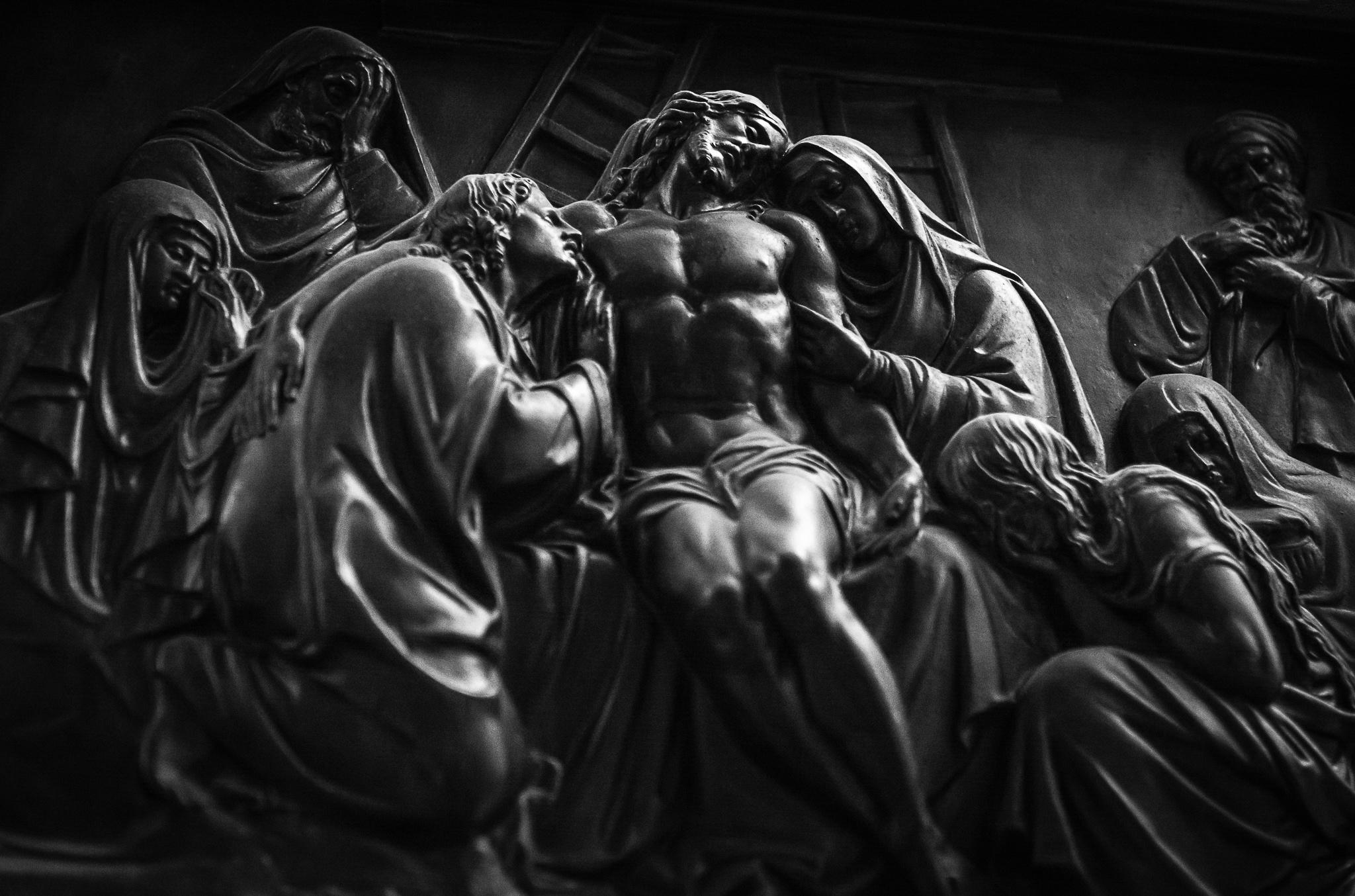 Vía Crucis, Catedral de Santiago de Compostela, talla sobre madeira. </br>O Vía Crucis ou 'Camiño da Cruz', consta de 14 imaxes da paixón denominadas estacións, que representan as diferentes etapas de Jesús no camiño final ata o calvario, a súa crucifixión e morte.