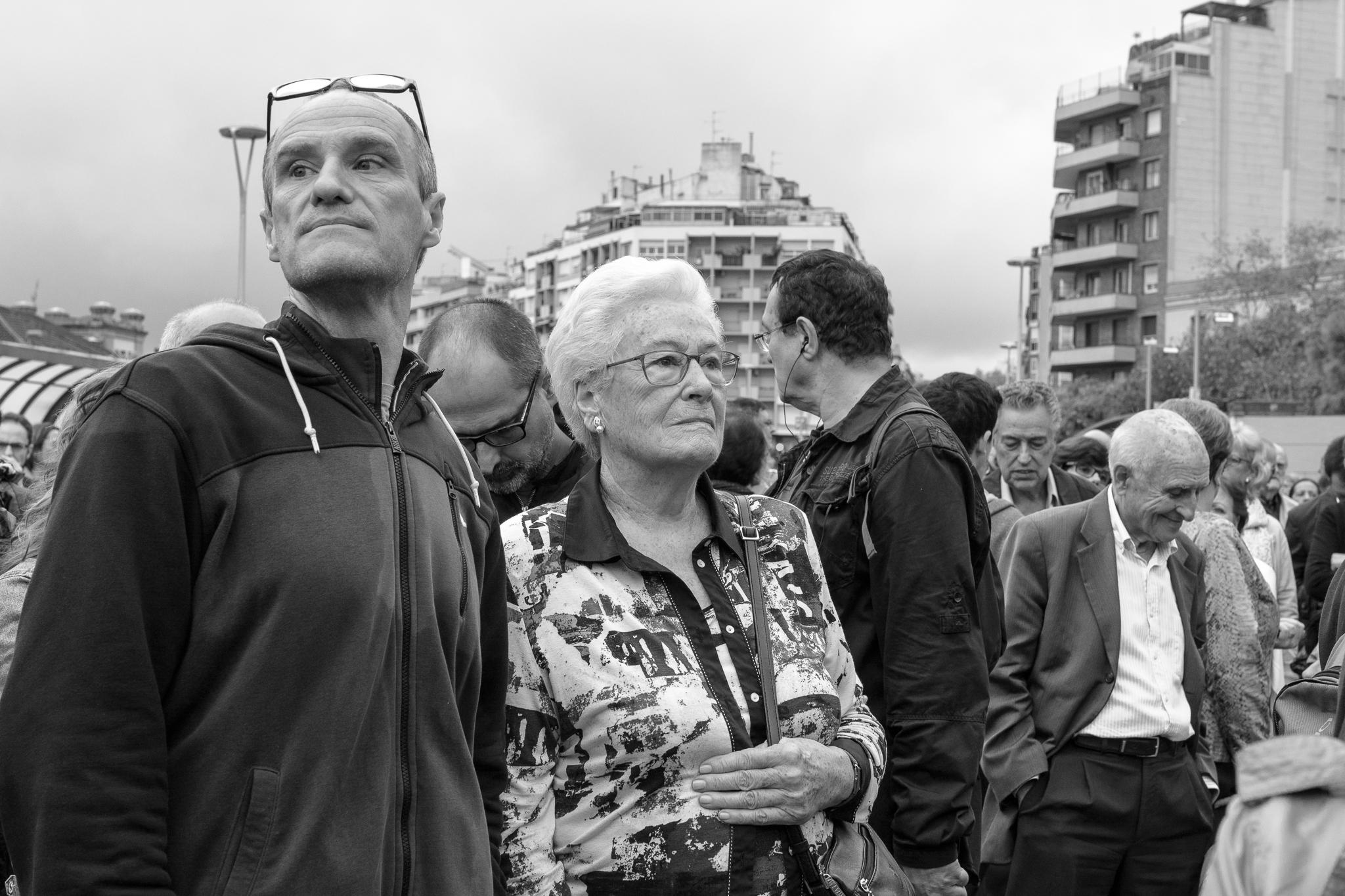 El referéndum de independencia de Catalunya, también conocido como 1-O, fue un referéndum de autodeterminación que se realizó el primer día de Octubre de 2017.</br></br>Aunque avalado por los Pactos Internacionales de Derechos Humanos y diversas resoluciones de la Asamblea General de la ONU, fue prohibido por el bloque reaccionario del Gobierno de España, concretándose en una suspensión por parte del Tribunal Constitucional. </br></br>El referéndum, que trató de ser impedido por medio de los más de 10.000 agentes antidisturbios que el gobierno conservador acumuló en Catalunya, y que terminó con más de 1.000 manifestantes heridos y hospitalizados debido a la desmedida brutalidad policial, fue llevado a cabo con una participación de 2.286.217 de personas (43.03%) en la que el 'Sí' a la independencia ganó con un 90% de los votos a favor. </br></br>Como medida de protesta por la violencia policial y la criminal actuación por parte del gobierno central, la población catalana respondió convocando una huelga general, diferentes manifestaciones y masivas movilizaciones ciudadanas en las cuales se utilizaba la X como símbolo de lo que fue su represión y silenciación.